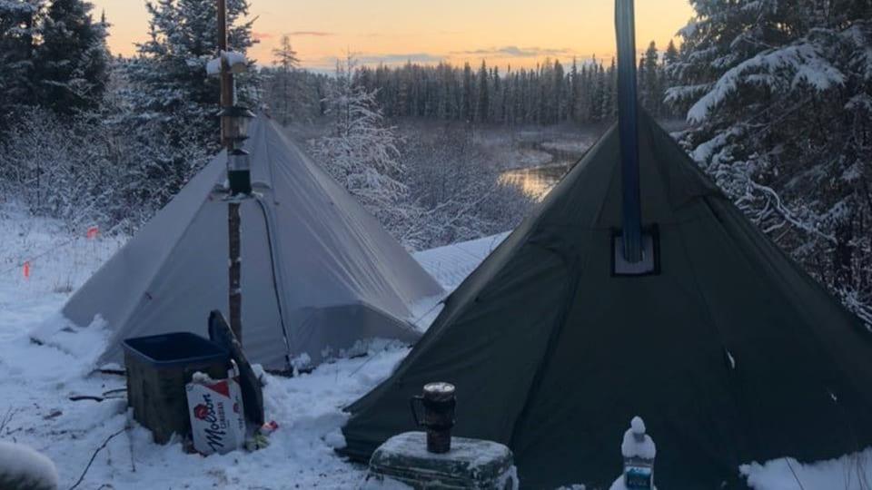 Deux tentes avec cheminée en hiver.