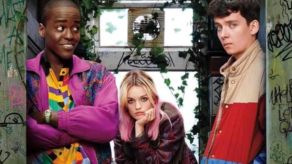 Les trois adolescents regardent partout.