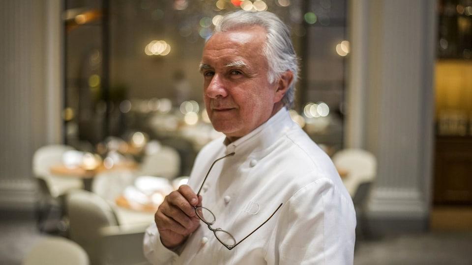 Alain Ducasse, le parrain de la gastronomie française, pose dans son restaurant à l'hôtel Plaza Athénée à Paris le 2 septembre 2014