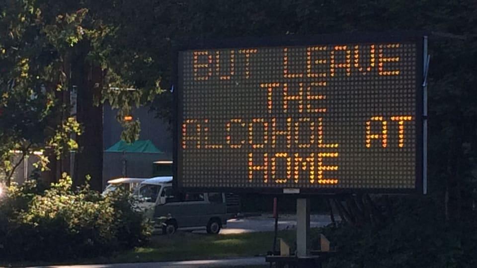 Un conseiller municipal de Vancouver demande que le règlement interdisant de consommer de l'alcool dans les parcs et sur les plages de la ville soit revu.