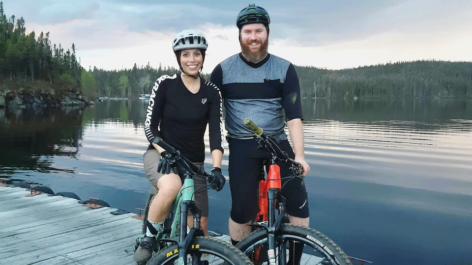 Un couple en vélo