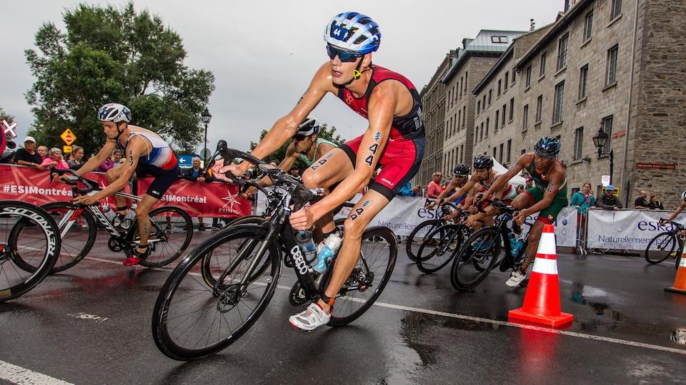 Un cycliste dans les rues d'une ville avec d'autres athlètes