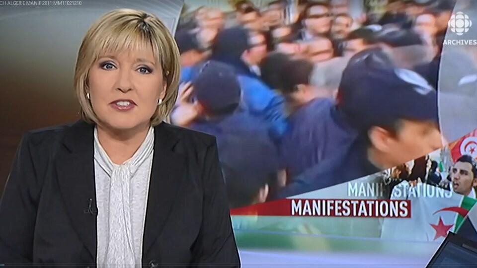 L'animatrice Pascale Nadeau présente un reportage sur les manifestations à Alger en 1991.  La mortaise derrière elle montre des manifestations avec le mot manifestations en surimposition.