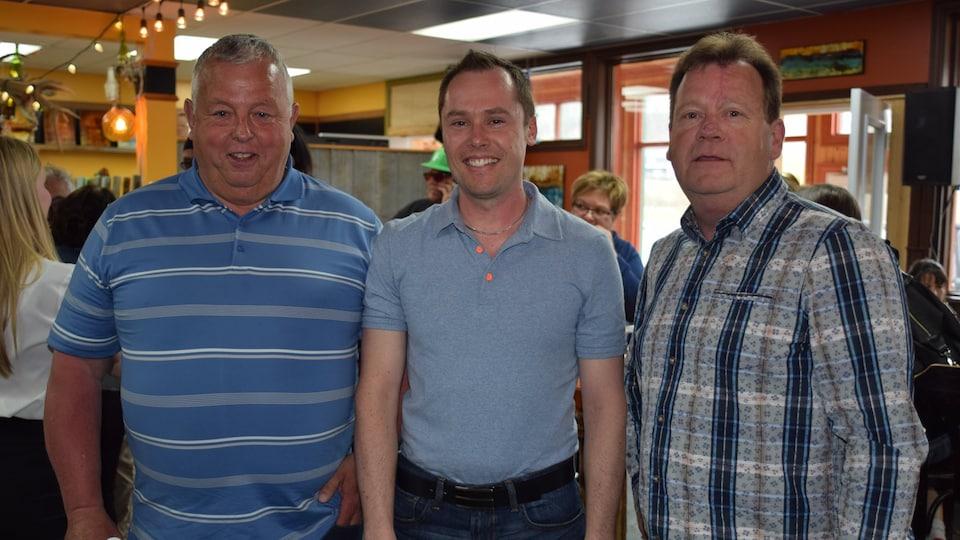 Le pêcheur retraité Allen Cotton, le directeur des opérations aux Pêcheries Gaspésiennes Olivier Dupuis et le responsable du bureau école-industrie de l'ÉPAQ et rédacteur en chef de Pêche Impact, Robert Nicolas.