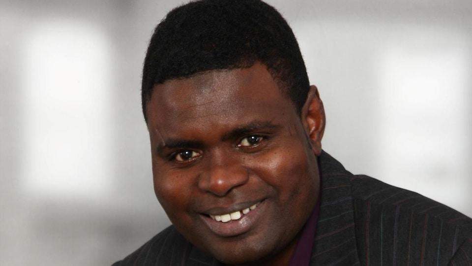 Amadou Ba, historien avec un visage souriant.