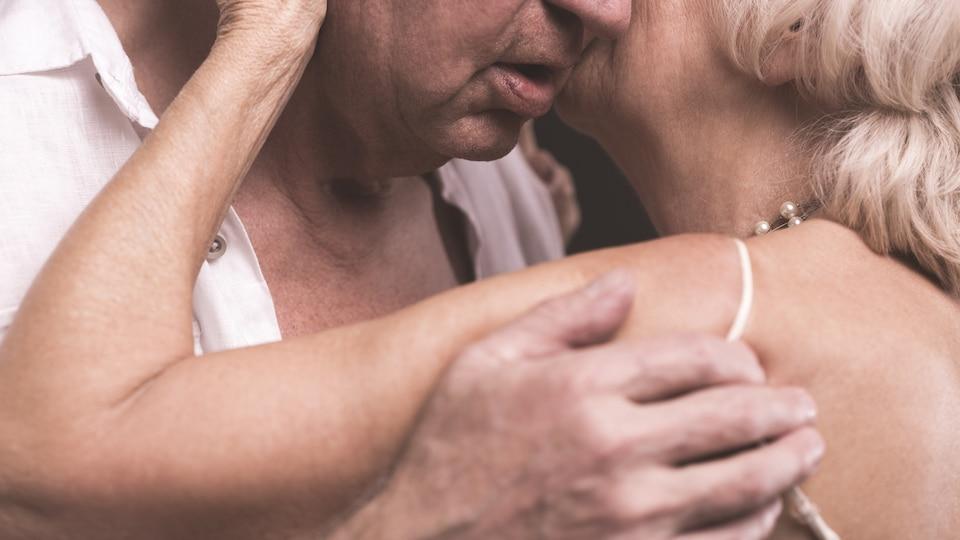 Un homme et une femme âgés s'enlacent.