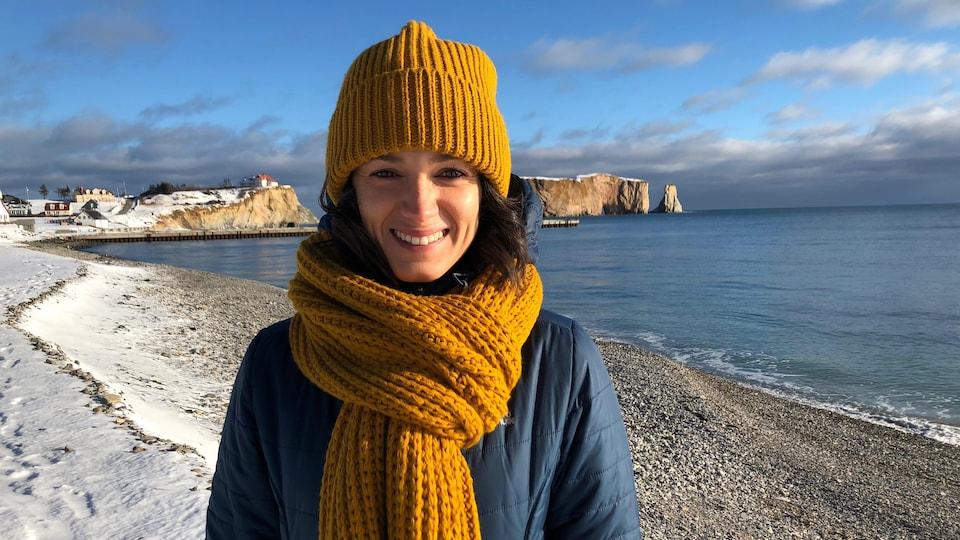 Andréanne Trudel-Vibert est photographié sur la plage à Percé, avec le rocher en arrière-plan