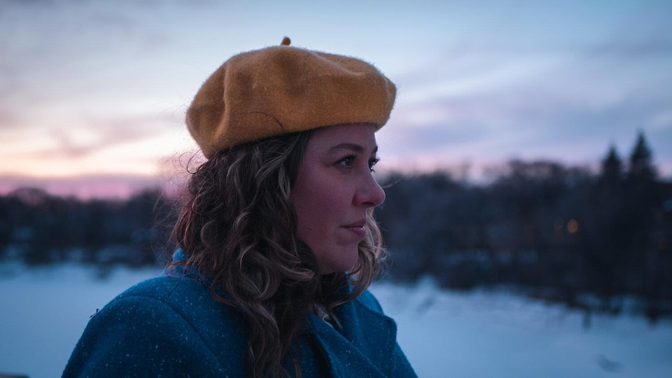Portrait d'Andrina Turenne avec un regard dirigé à côté.