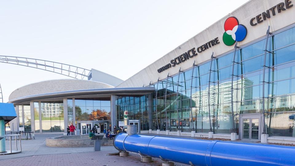 Une vue de la façade avant et de l'entrée de l'Ontario Science Centre, à Toronto
