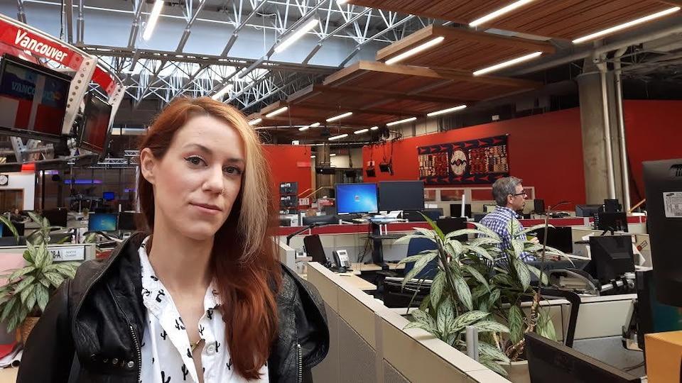 Annie Briard, artiste contemporaine dans la salle de novuelles de Radio-Canada en 2018.