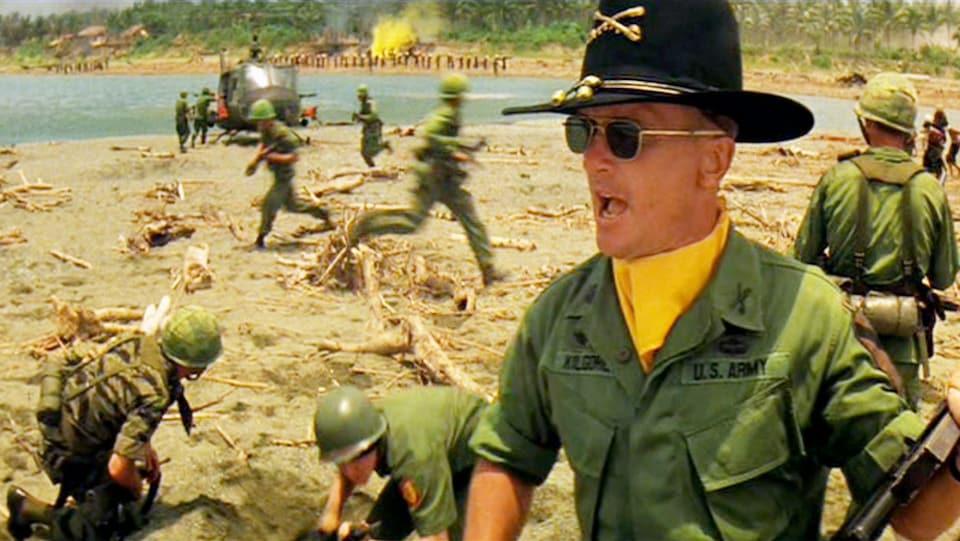 Une scène du film « Apocalypse Now » où l'on voit des soldats américains sur une plage.