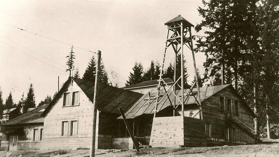 Image d'époque de l'église faite en bois.