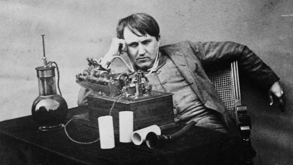 Thomas Edison écoutant un cylindre phonographique en 1888