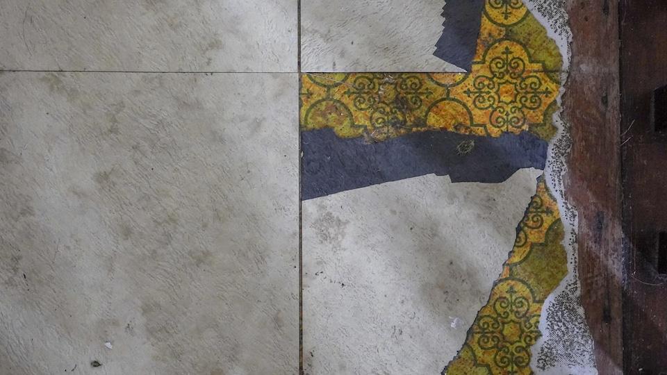 Une vue du sol où l'on voit différents matériaux superposés.