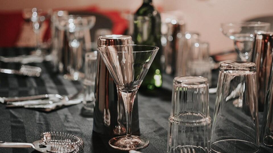 Différents verres et outils pour la confection de cocktails.