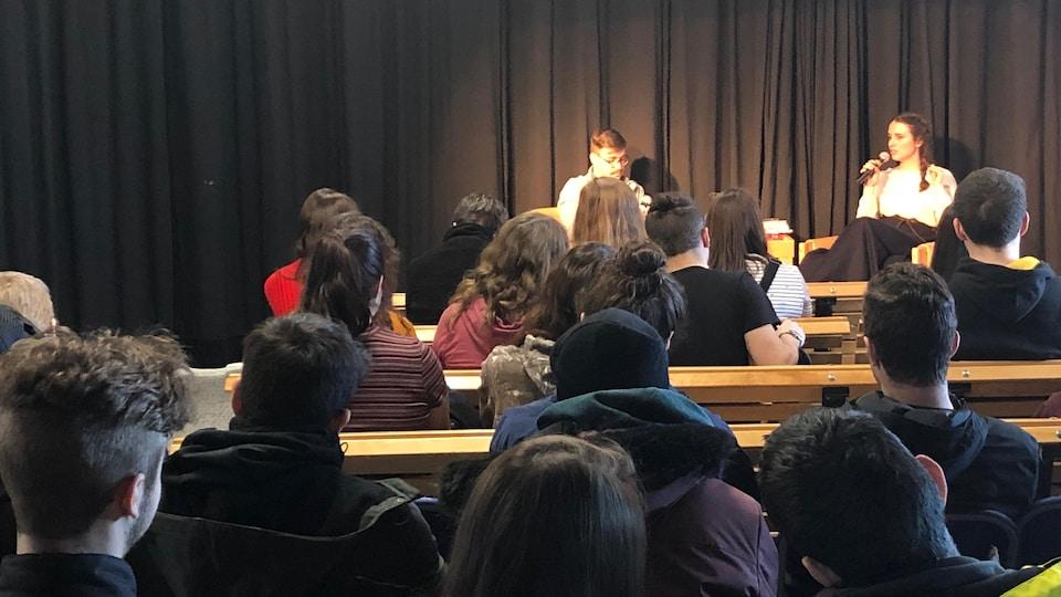 L'auteure Audrée Wilhelmy animant une conférence au Cégep de Baie-Comeau