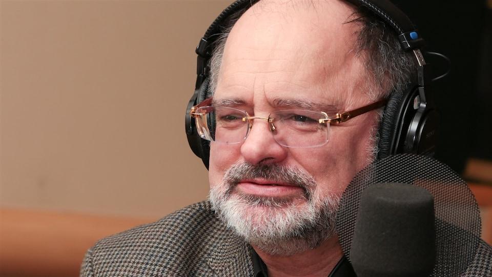 Jean-Jacques Pelletier en gros plan devant un microphone.