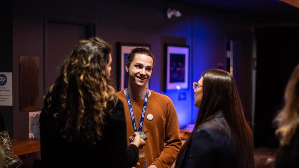 Trois personnes discutant lors de l'événement en 2020.