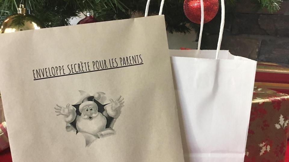 Une enveloppe secrète pour la parents déposée sous un arbre.