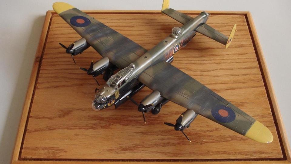 Un avion militaire ancien en modèle réduit.