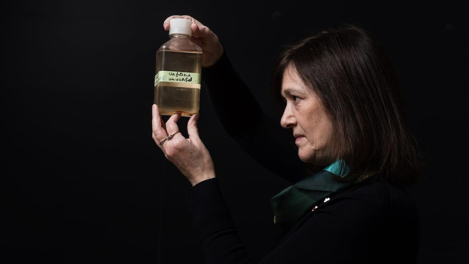 La géologue Barbara Sherwood Lollar observe une bouteille contenant de l'eau qui aurait 2 milliards d'années