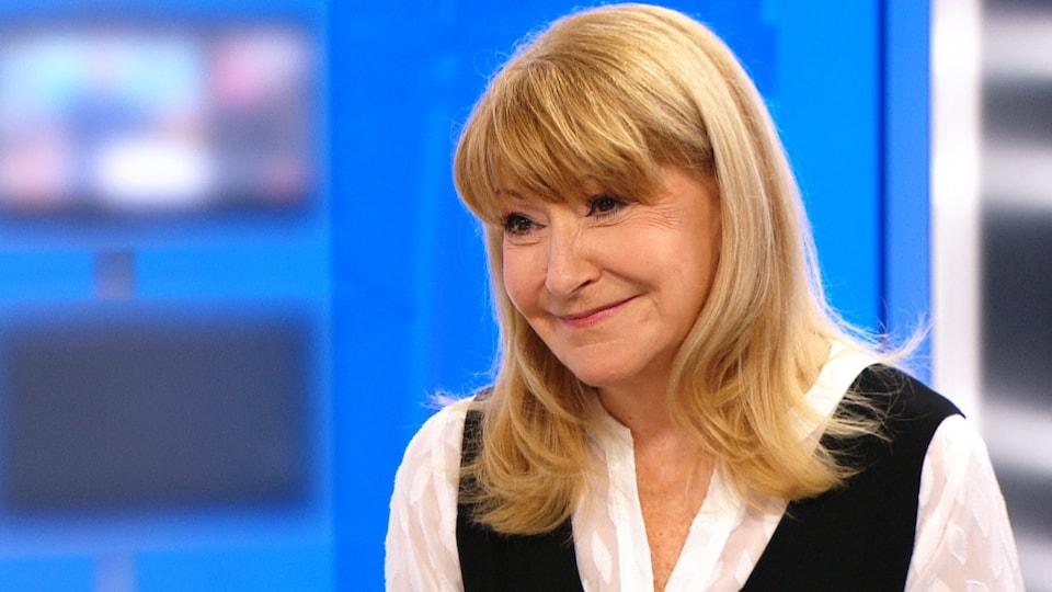 Louise DesChâtelets, souriante, sur le plateau de l'émission 24 heures en 60 minutes.