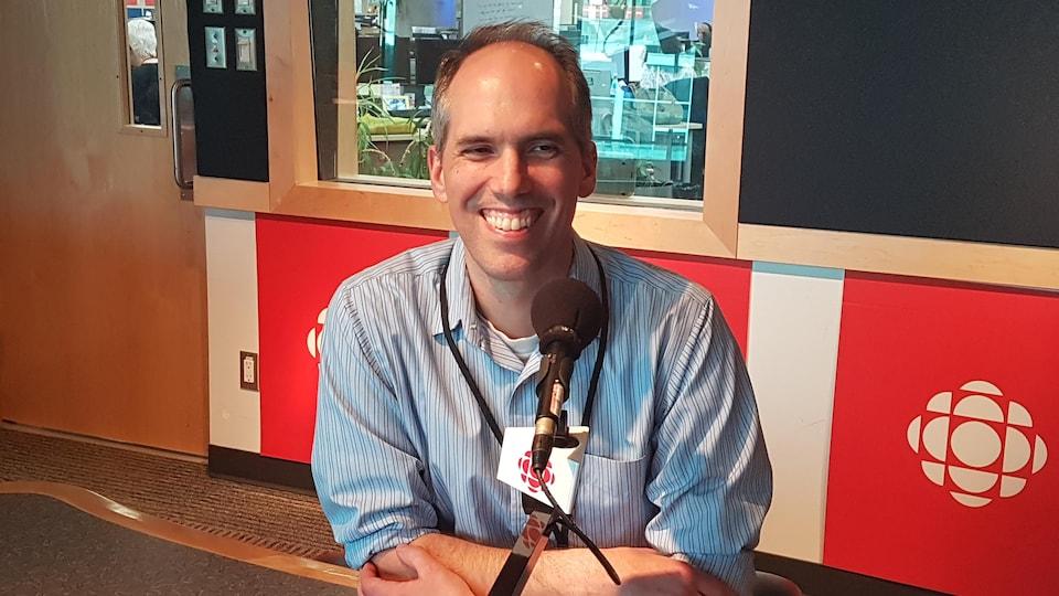 Plan moyen du Dr Pascal Lavoie assis derrière un micro dans un studio de Radio-Canada.