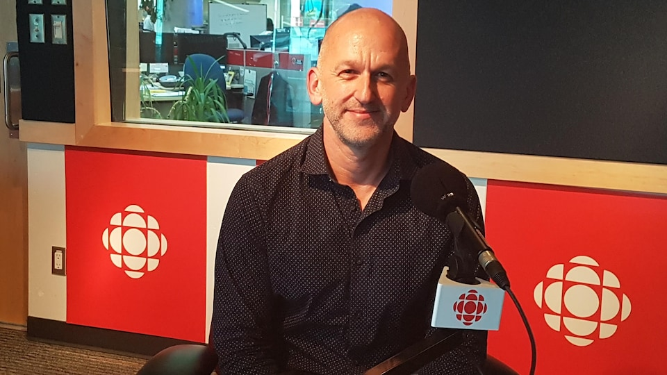 Le réalisateur du documentaire Franchir la ligne, Paul Emile d'Entremont met en lumière la culture homophobe du milieu sportif.