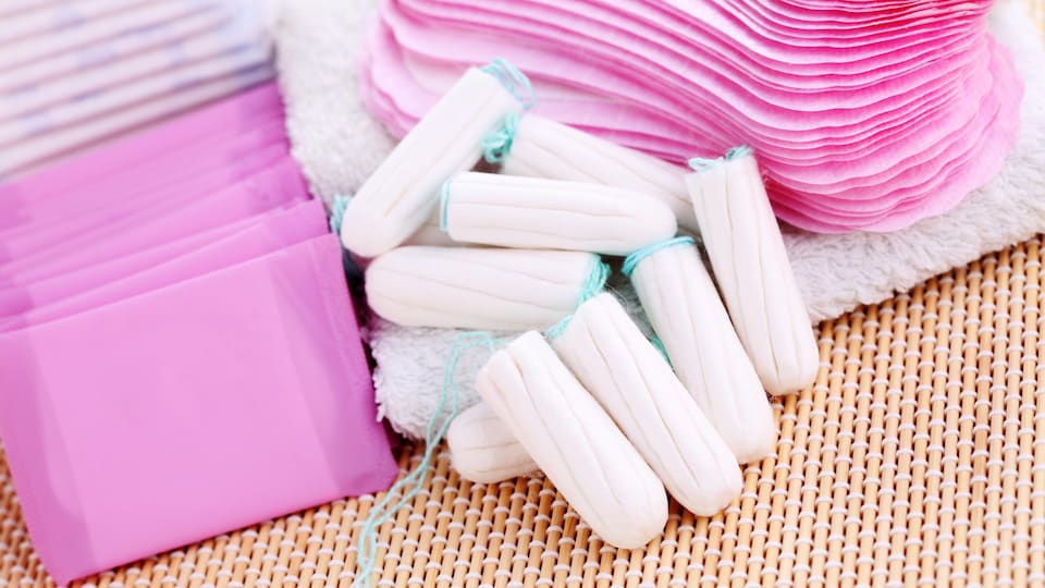Assortiment de serviettes hygiéniques et de tampons.