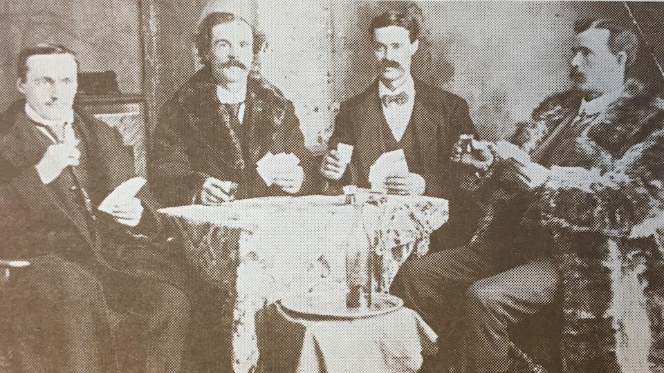 Une photo d'archives montrant un groupe d'hommes jouant aux cartes.