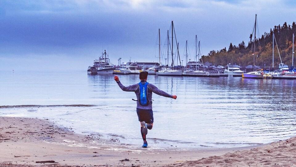 Tous les coureurs participant au Beluga Ultra-Trail termineront leur parcours sur la plage de Tadoussac,