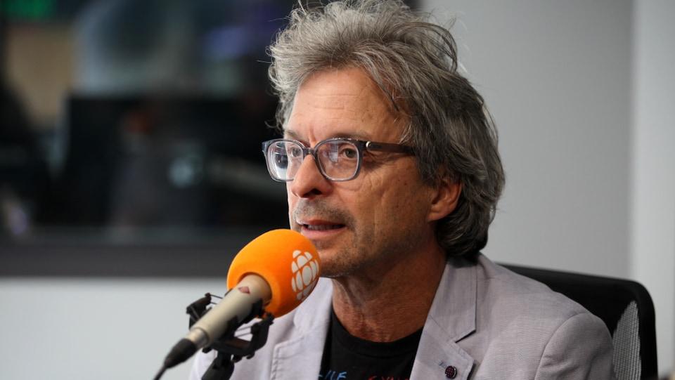 Benoit Côté en entrevue dans les studios de Radio-Canada.