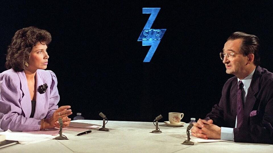 Les deux personnes discutent sur un plateau de télévision.