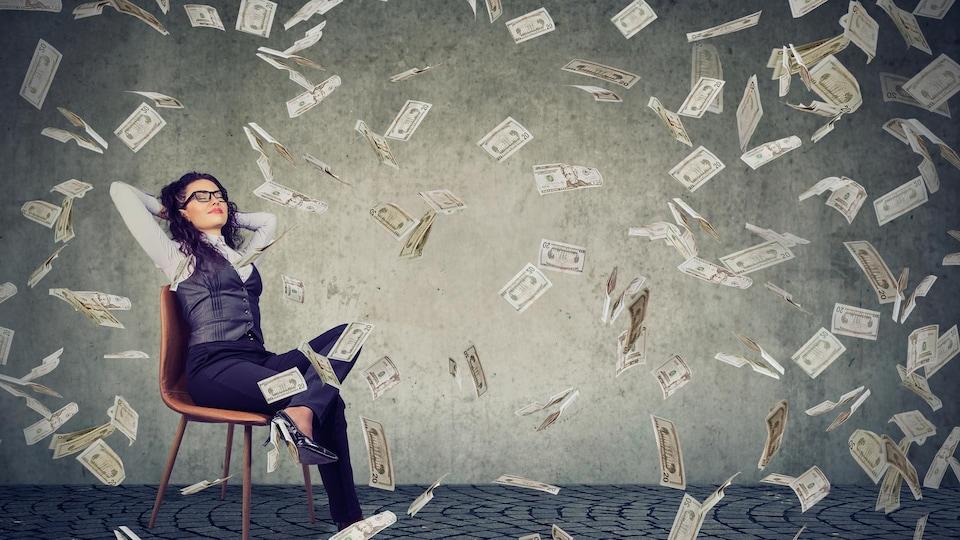 Une femme assise sur une chaise se détend pendant qu'il pleut autour d'elle des billets de banque.