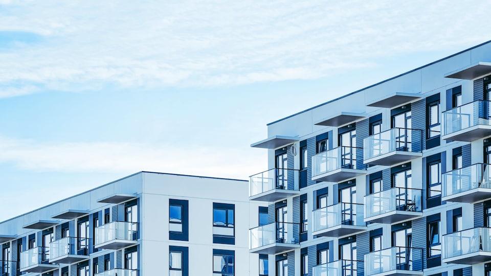 Des balcons d'un immeuble à condominiums moderne.