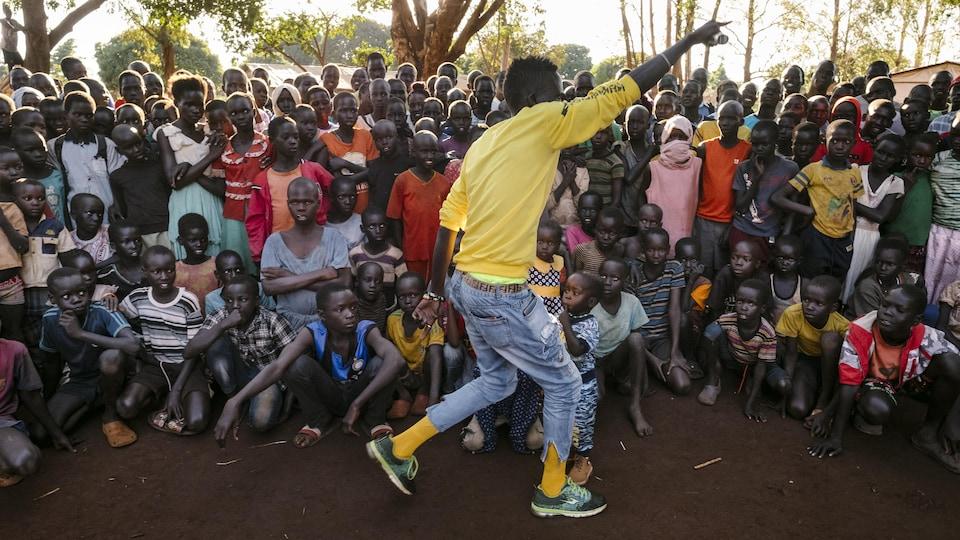 Un rappeur en prestation dans un camp de réfugiés en Ouganda.
