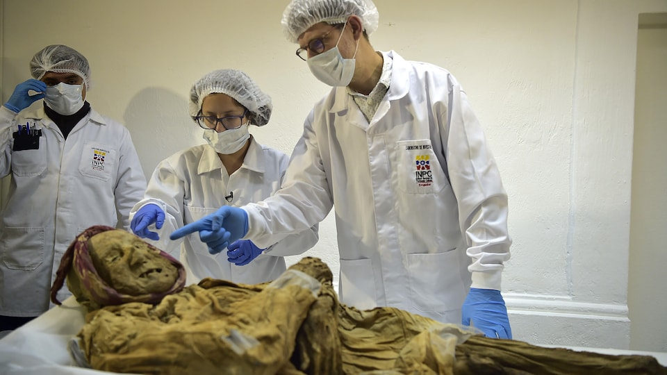 Philippe Charlier examine une momie du 16e siècle en Équateur.