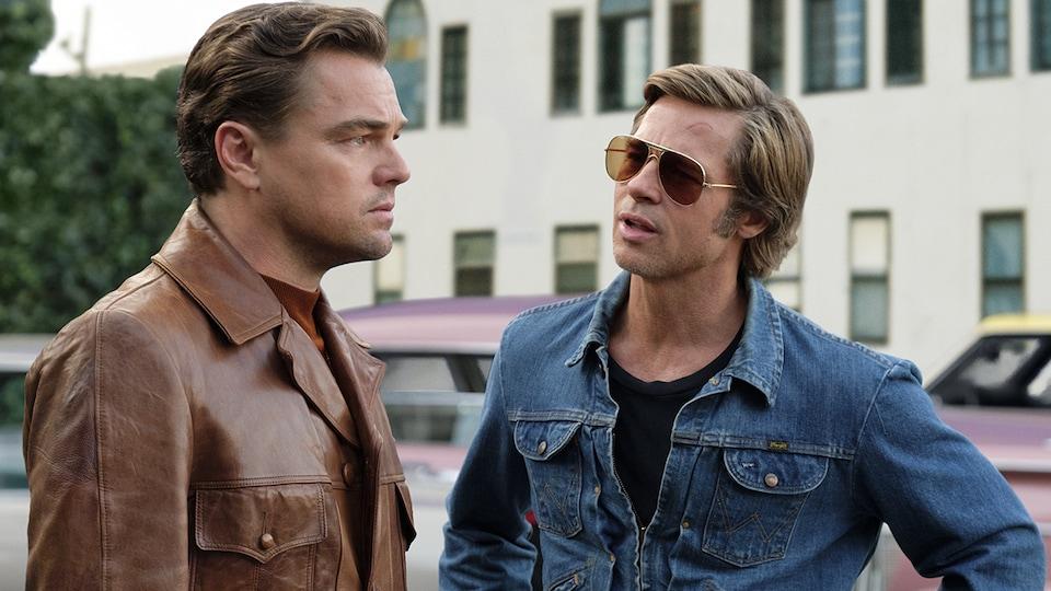 Leonardo DiCaprio et Brad Pitt discutent dans un stationnement sur cette photo tirée du film <i>Il était une fois à Hollywood</i>, de Quentin Tarantino.
