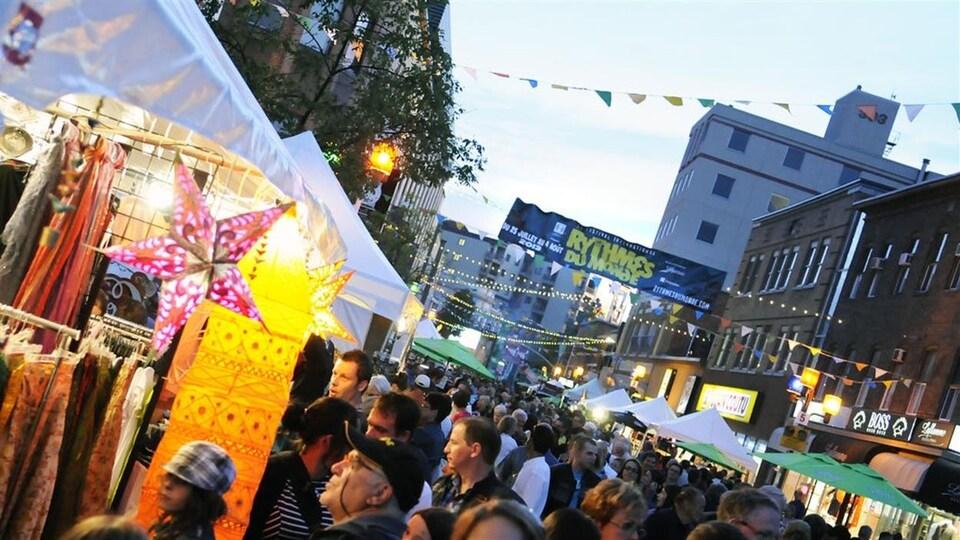 Une foule se masse au Festival international des rythmes du monde.