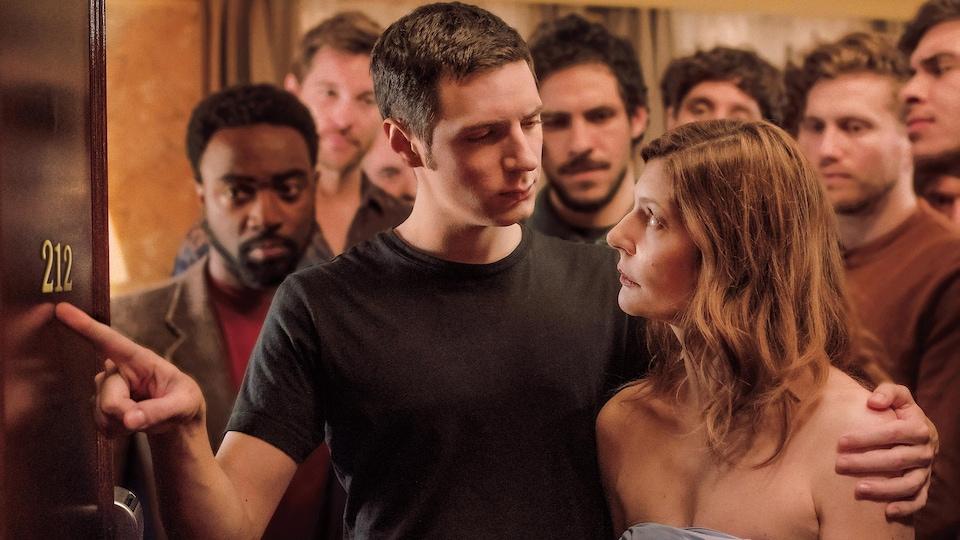 L'acteur Vincent Lacoste tient l'actrice Chiara Mastroianni par l'épaule en lui montrant le nombre de chambre 212.