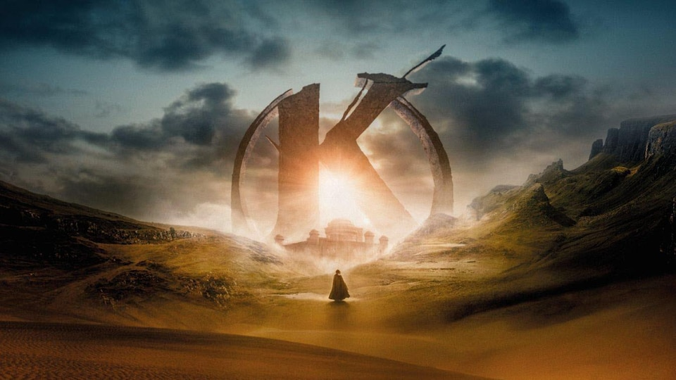 Un personnage marche seul dans un paysage de plaine avec le K de Kaamelott qui se profile au loin.