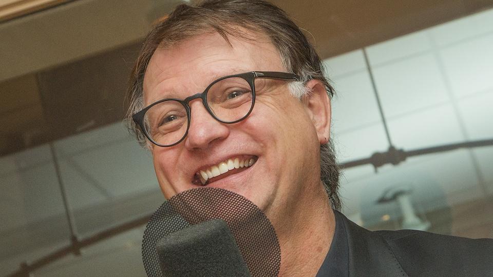 Le sondeur Jean-Marc Léger est tout sourire au micro de Stéphan Bureau.