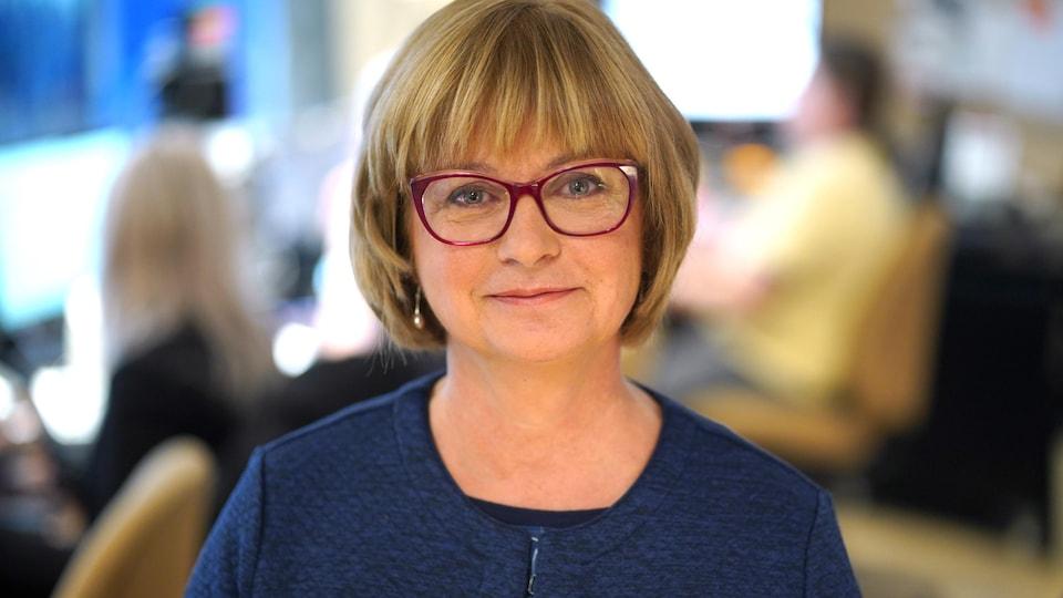 La sénatrice Julie Miville-Dechêne sourit lorsqu'elle se fait prendre en photo dans un studio de Radio-Canada.