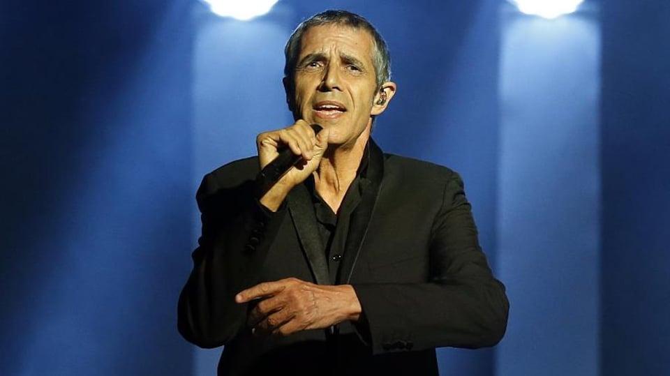 Il chante sur scène.