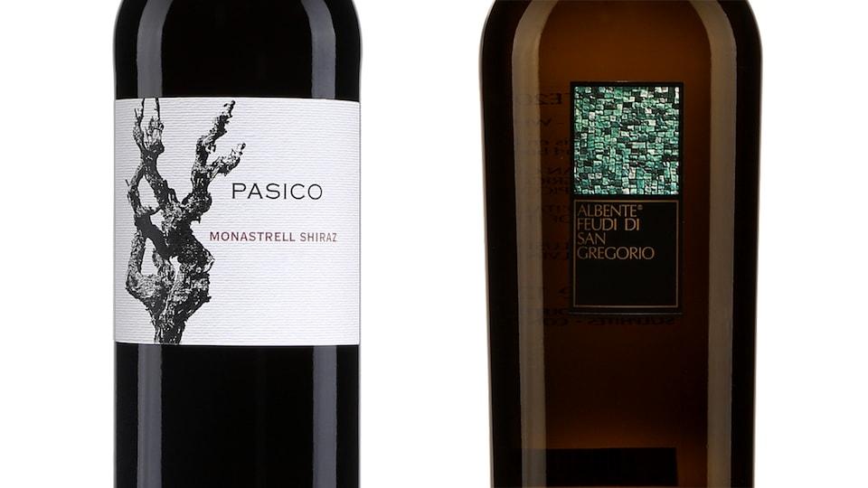 Gros plan sur les étiquettes de deux bouteilles de vin.