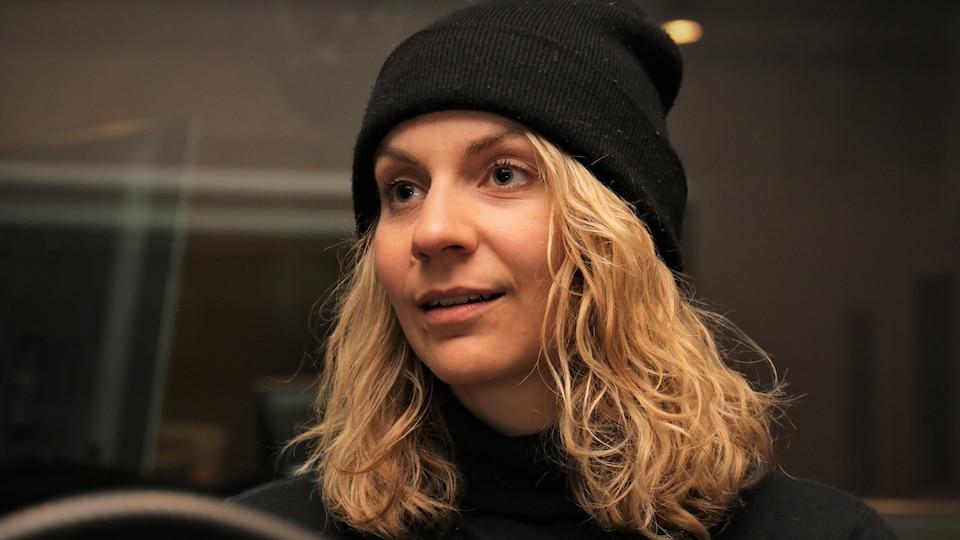 Léane Labrèche-Dor pendant son entrevue accordée à Stéphan Bureau.
