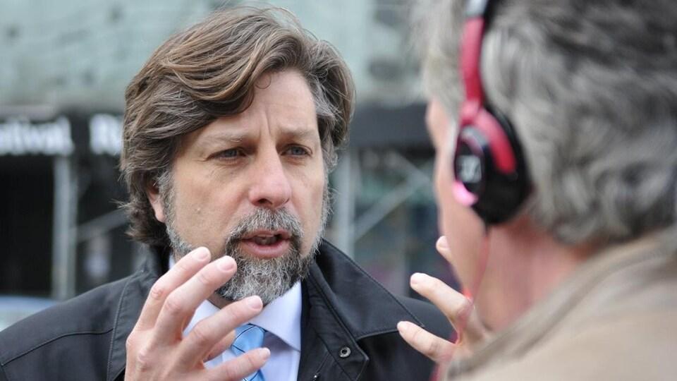 Luc Ferrandez parle avec conviction, en utilisant ses deux mains.