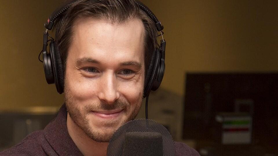 Luc Langevin sourit au micro d'ICI Première.