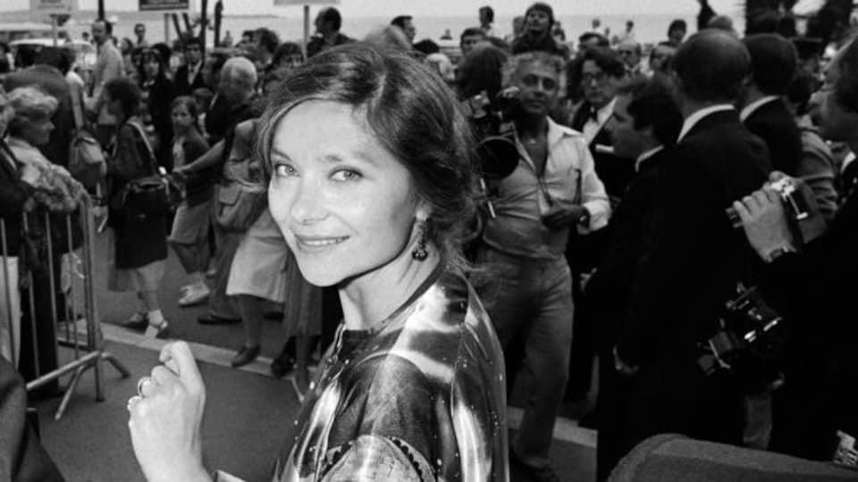 L'actrice sourit devant les nombreux photographes.