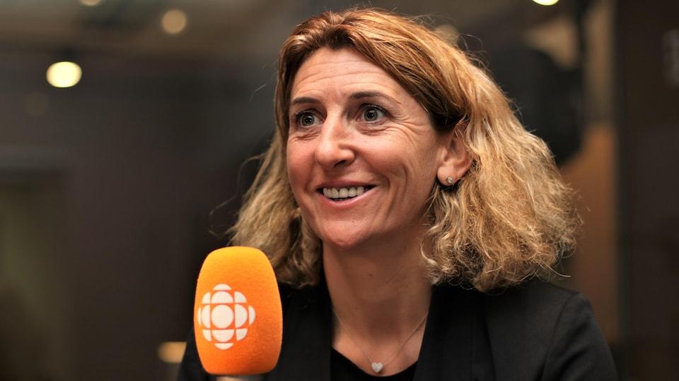 Marinette Pichon sourit au micro de Stéphan Bureau.